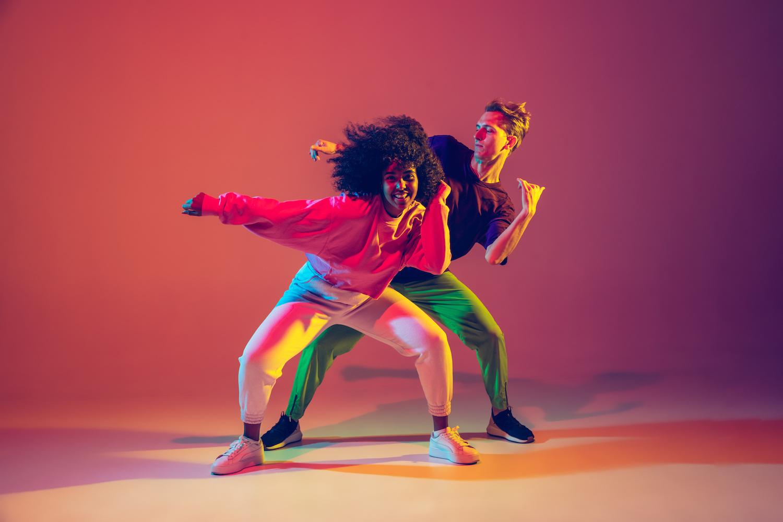 Kaksi ihmistä tanssii vauhdikkaasti