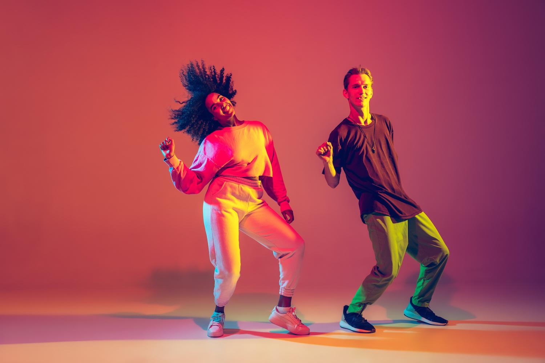 Kaksi ihmistä tanssii ja heilauttaa päätään.